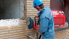 Кому поручить резку бетона